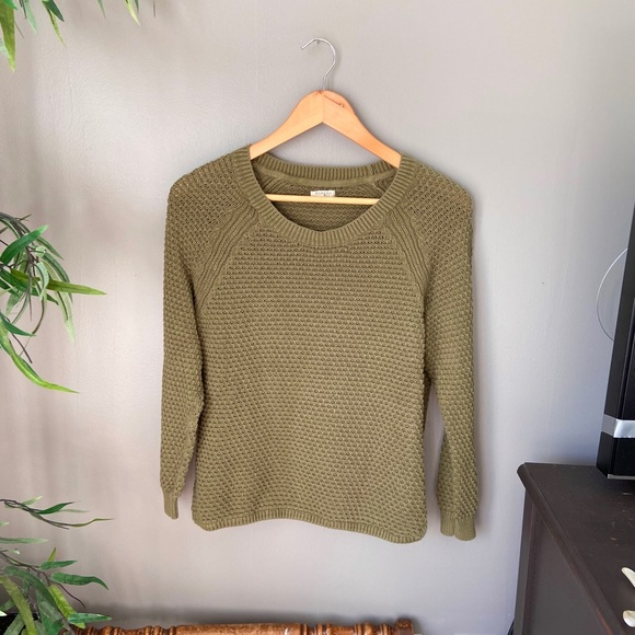 Tops - Army green sweater🤍